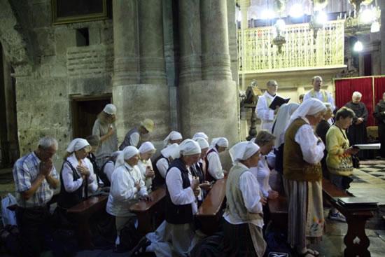 A Gerusalamme, in raccoglimento nella basilica della Risurrezione.