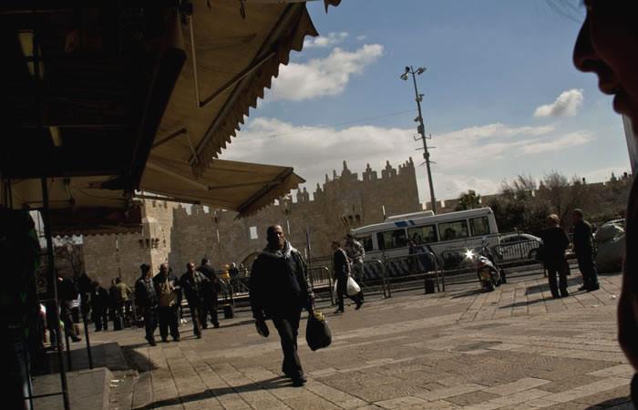 A piedi si può raggiungere il quartiere uscendo dalla città vecchia attraverso la Porta di Damasco.