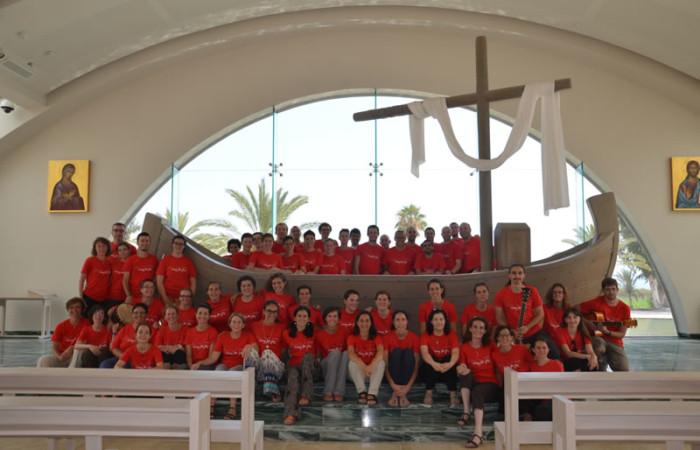 Il coro <i>Shekinah</i> nella nuova chiesa <i>Duc in altum</i> a Magdala, in riva al Lago di Tiberiade. (foto M. Tardini) [clicca sull'immagine per la galleria fotografica]