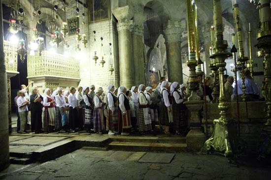Nella basilica della Risurrezione, i pellegrini lituani si accingono a venerare il Santo Sepolcro.