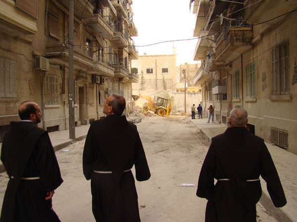 Fra Ibrahim (a sin.) accompagna il Custode di Terra Santa (al centro) in visita ad alcuni quartieri di Aleppo nella seconda decade di aprile.