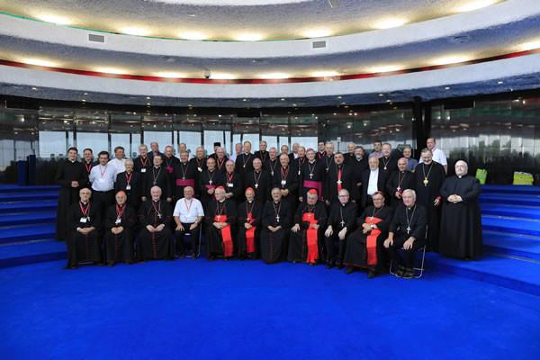 Foto di gruppo dei partecipanti all'assemblea generale Ccee, alla <i>Domus Galilaeae</i> a Korazìn. (foto Christian Media Center - Afif Amireh) [clicca sulla foto per la galleria]