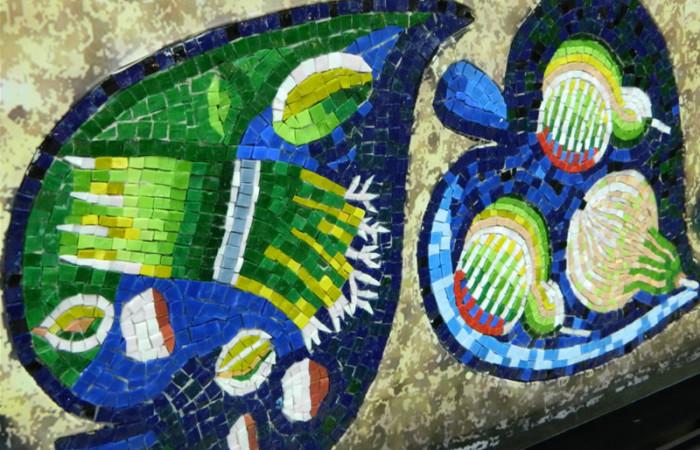Un coloratissimo pannello mosaicato esposto al Pirellone.