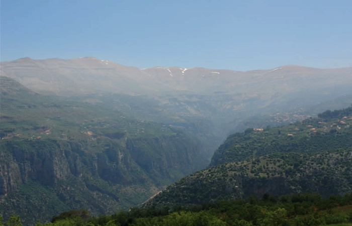 Panoramica della valle di Qadisha, chiamata anche «Valle dei santi». I cristiani maroniti, in fuga dalle persecuzioni dei musulmani, si rifugiarono fin dal V secolo sull'altipiano che domina l'impervia valle, preservando la fede e l'indipendenza.