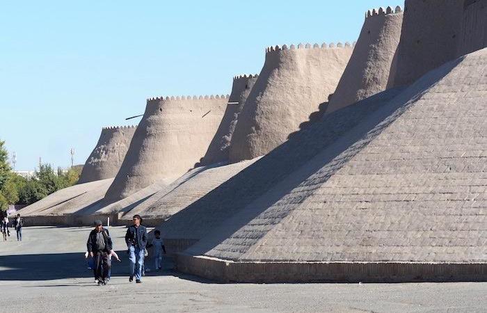 Le mura di fango che racchiudono il centro storico di Khiva. Qui, sino a fine Settecento, ci fu un fiorente mercato di schiavi. (foto G.B. Rossi)