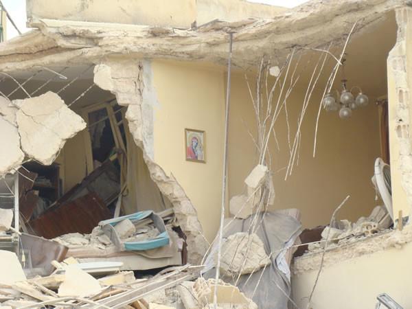 Un'abitazione cristiana di Aleppo sventrata dai bombardamenti.
