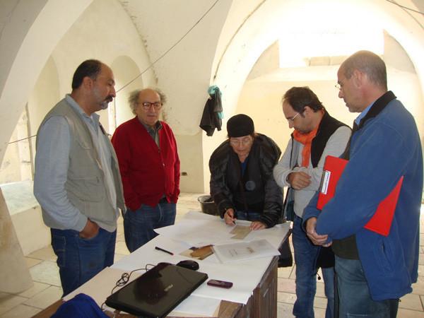 M. Canzoneri con el responsable de obras y el carpintero