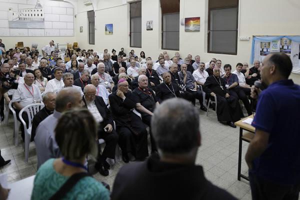 La sera del 12 settembre i vescovi del Ccee incontrano un gruppo di famiglie a Nazaret. (foto CMC - A. Amireh)