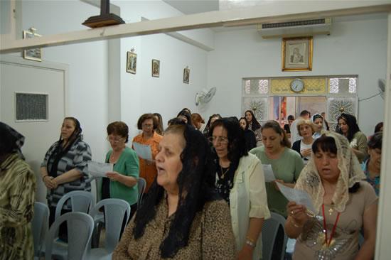 Fedeli caldee partecipano alla Messa, celebrata da padre Raymond, ad Amman.
