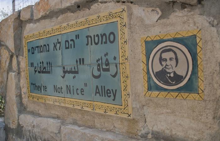 Un ironico tributo a Golda Meir, che definì «tipi non simpatici», gli abitanti di Musrara.