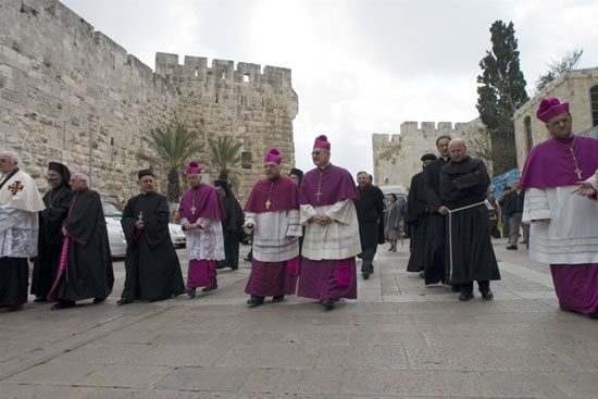 Il nunzio apostolico Antonio Franco (al centro con mons. Michel Sabbah) si dirige in corteo al Santo Sepolcro.