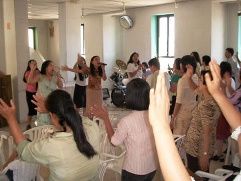 Un vivace momento di animazione e catechesi di un gruppo filippino dopo la Messa al Centro<i> Notre Dame </i>di Gerusalemme.