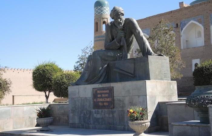 La città di Khiva ricorda con una statua il matematico Muhammad Ibn Musa al-Khorezmi, nativo del posto. (foto G. Sandionigi)
