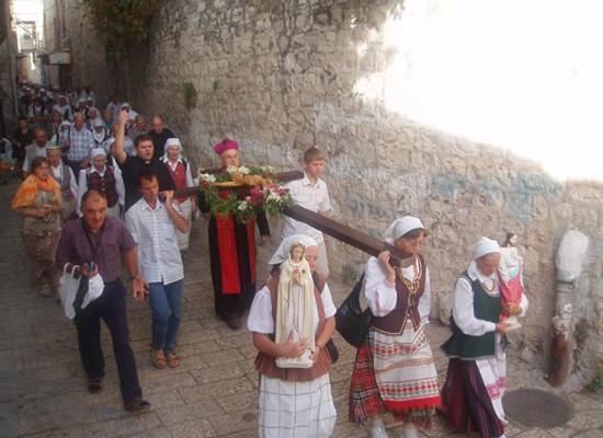 Alla Via crucis si unisce anche il vescovo lituano mons. Jonas Kauneckas.