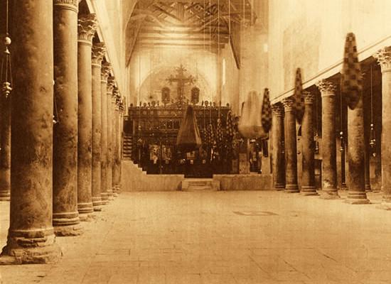 La didascalia della foto pubblicata nel nostro album recita: «Costruita per Santa Elena, moglie di Costantino, imperatore romano». La basilica, infatti, fu fatta erigere nel 335 d.C. da Costantino - e modificata nel 540 d.C. da Giustiniano.