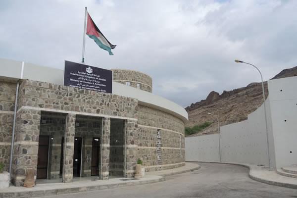 ... poche decine di metri più a valle un museo presenta i reperti portati alla luce dagli archeologi e illustra il complesso di San Lot insieme alla storia e alla geografia della zona dei Ghor.
