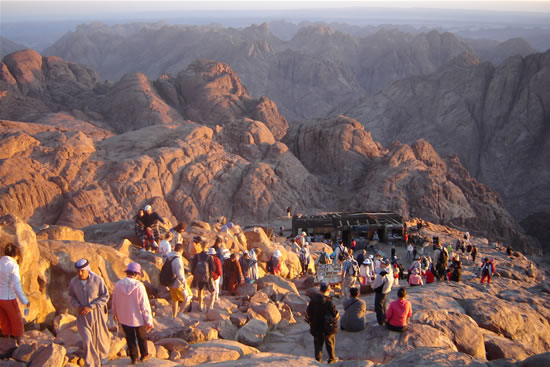 Pellegrini sul Sinai dopo l'alba.
