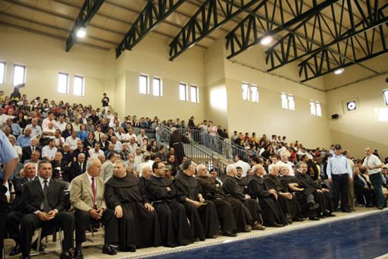Il pubblico intervenuto all'inaugurazione gremisce la tribuna del campo di pallacanestro.