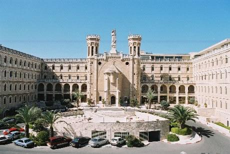 La facciata del Centro<i> Notre Dame </i>di Gerusalemme.