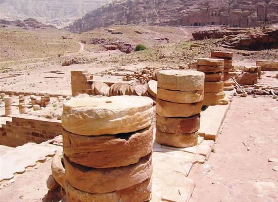 I capitelli nabatei dell'edificio al-Dayr, «il monastero».