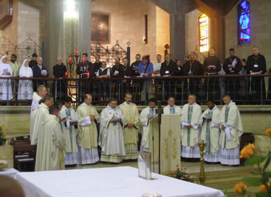I frati nella basilica di Nazareth.