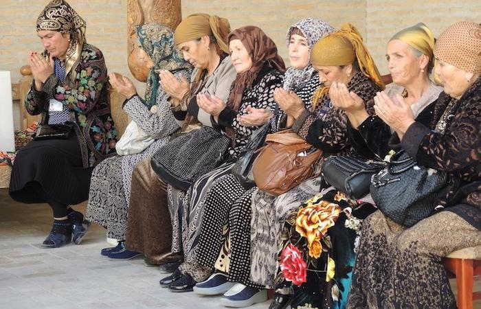 Musulmane in preghiera in uno dei santuari di Khiva. Solo un musulmano su quattro in Uzbekistan è praticante. (foto G. Sandionigi)