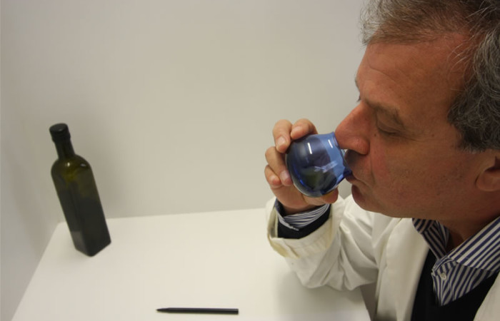Il professor Angelo Cichelli dell'università di Chieti-Pescara, impegnato in una fase della valutazione qualitativa dell'olio degli ulivi del Getsemani.