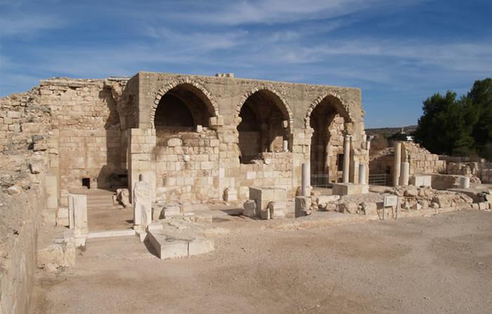 I resti della navata settentrionale della basilica crociata a Beit Jibrin. L'edificio fu fatto costruire da Folco d'Angiò (1337), re latino di Gerusalemme.