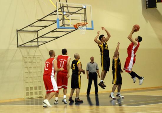 Una sfida a pallacanestro conclude la festa.