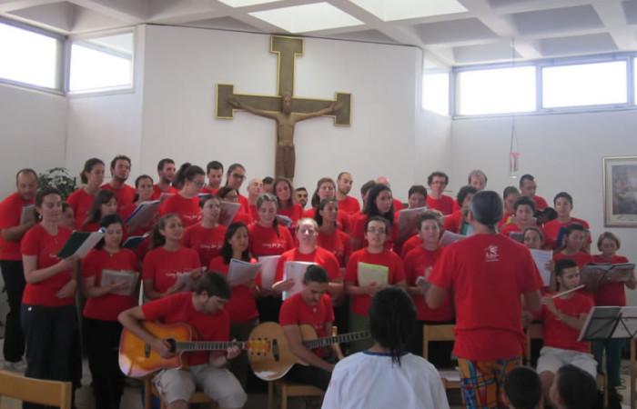 I ragazzi di Milano cantano al <i>Caritas Baby Hospital</i> di Betlemme. (foto S. Clementi)