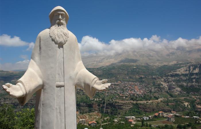 La statua di san Charbel - uno dei santi più venerati della Chiesa maronita - eretta presso la sua abitazione, nel villaggio di Bekaa Kafra, nella valle di Qadisha.