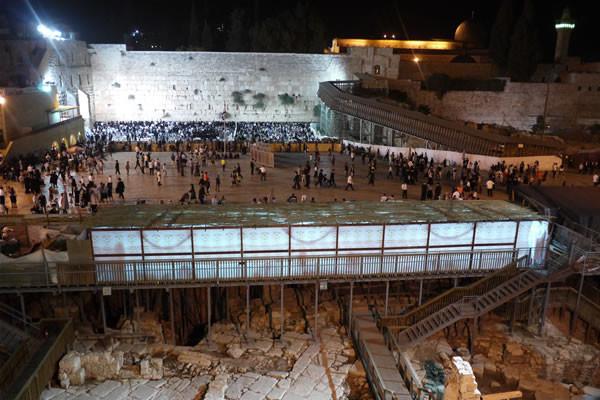 Un'ampia <i>sukkah</i> (in primo piano) ha trovato spazio nel piazzale del <i>Qotel</i> (Muro occidentale, o Muro del pianto).
