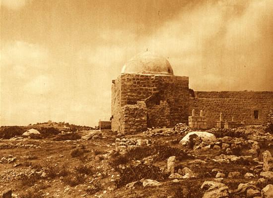 Nella Betlemme di oggi la tomba di Rachele è completamente circondata dal muro di separazione e trasformata in un<i> bunker</i> dall'esercito israeliano. In questa foto il monumento - sacro per ebrei, cristiani e musulmani - è solitario tra i campi.