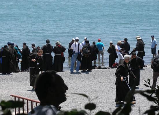 4 luglio 2007. I frati<i> under 10</i> in riva al Lago di Tiberiade.