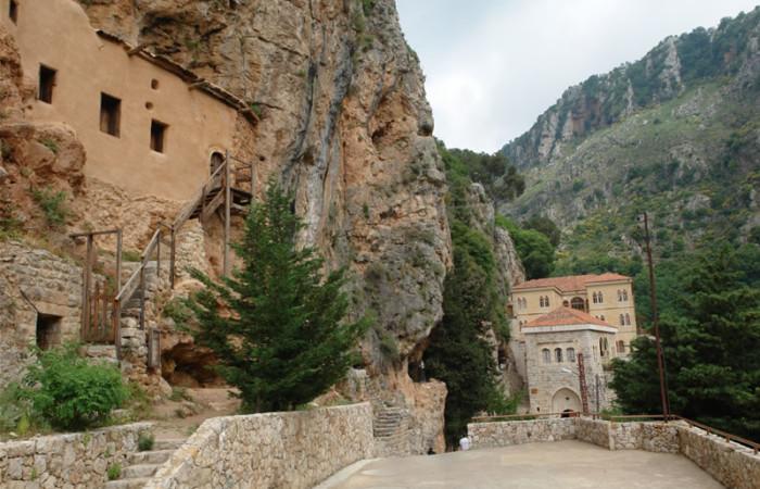 Il monastero di Sant'Antonio di Kozhaya è uno dei più importanti dei molti presenti nella valle di Qadisha, anche perché qui venne installata una delle prime tipografie del Medio Oriente, ancora visitabile.