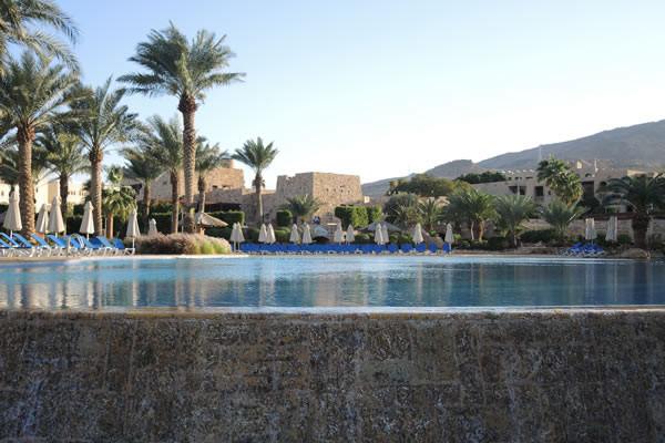 Risalendo la costa... Una delle piscine dei complessi alberghieri recentemente costruiti in Giordania nel nord del Mar Morto.