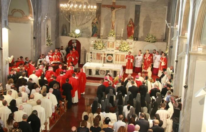Benedetto XVI celebra nella chiesa della Santa Croce a Nicosia.