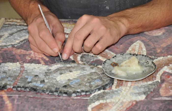 Un giovane mosaicista del Centro del mosaico di Gerico all'opera.
