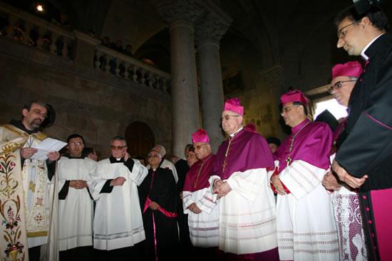 Mons. Antonio Franco (al centro della foto alla sinistra di mons. Michel Sabbah) accolto al Santo Sepolcro dal padre Custode di Terra Santa.