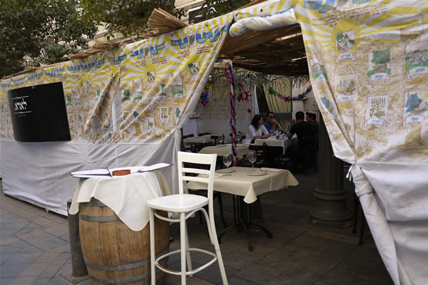 Qualche bar e ristorante ha dato forma di capanna al consueto <i>dehor</i>.