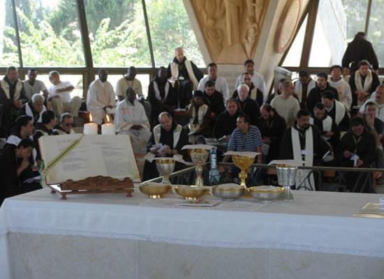 Cafarnao. Sta per cominciare la celebrazione della Messa presso gli scavi della casa di san Pietro.