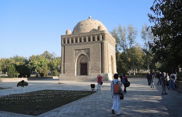 Il mausoleo di Ismail Samani, a Bukhara, è un cubo in mattoni di 10 metri per lato sormontato da una cupola. (foto G. Sandionigi)