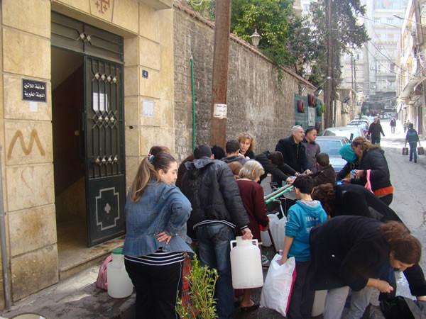 Da mesi manca l'acqua in gran parte delle abitazioni. Conventi e istituzioni religiose mettono a disposizione dei concittadini l'acqua tratta dai loro pozzi.