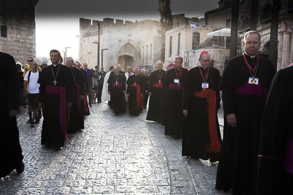 Gerusalemme, 14 settembre. Dalla Porta di Jaffa i vescovi si avviano in processione verso la basilica del Santo Sepolcro. (foto CMC - Nadim Asfour)