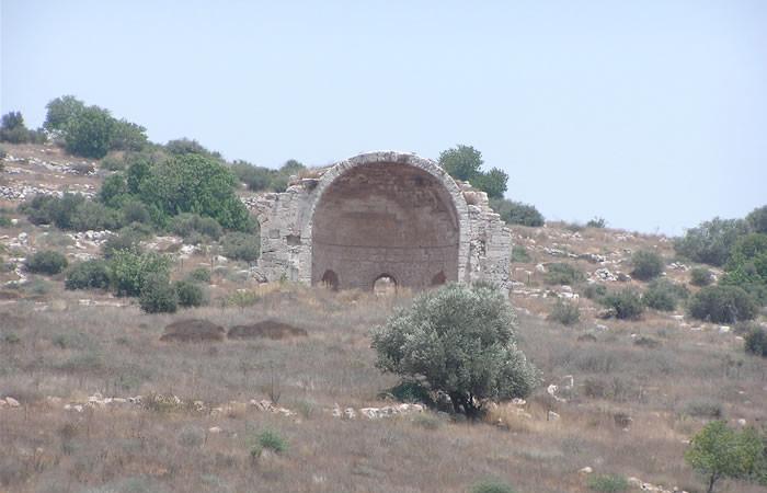 Resti dell'abside centrale della basilica crociata di Sant'Anna. Sorgono a est dell'acropoli di Maresha. L'arco dell'abside misura metri 9x12.