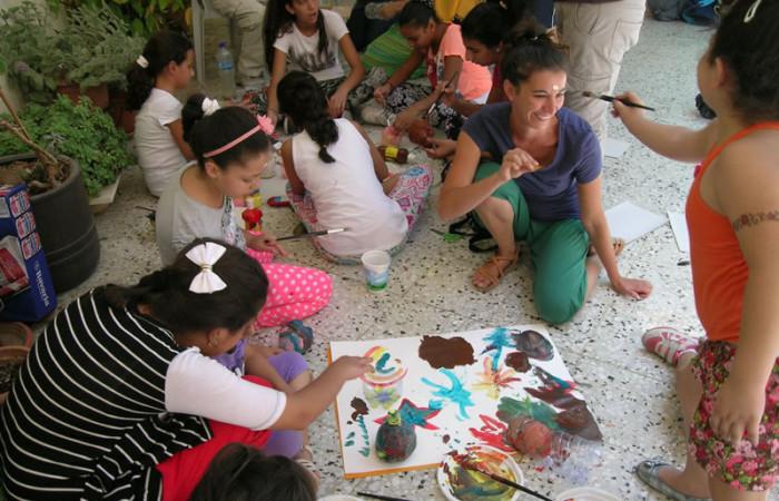 Un momento di gioia per i bimbi e i giovani volontari. (foto L. Milan)