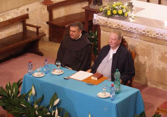 Monte Tabor, 5 luglio. Il card. Carlo Maria Martini si accinge a dettare la meditazione. Gli siede accanto il ministro generale dei Frati minori, fra José Rodríguez Carballo.