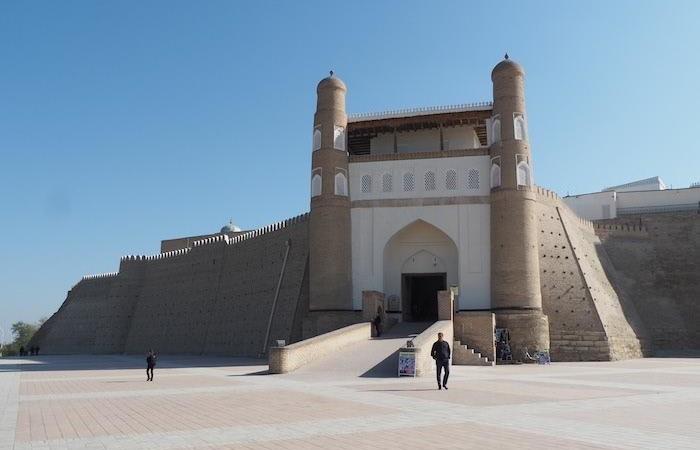 Il portale d'accesso alla Cittadella (Ark) di Bukhara, sede dell'emiro locale.      (foto G.B. Rossi)