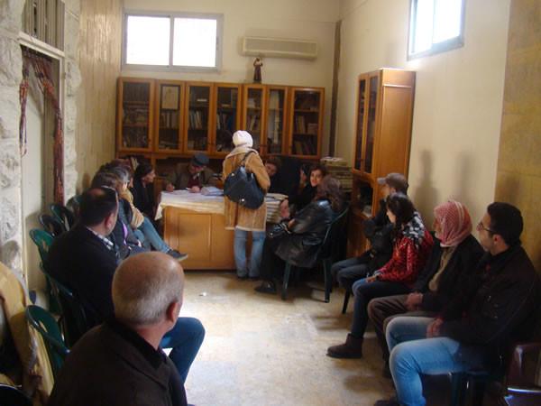 In attesa per ottenere aiuto dall'associazione benefica della parrocchia di San Francesco, ad Aleppo.