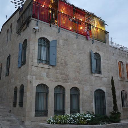 Capanna illuminata in cima a un edificio del quartiere di Montefiore.
